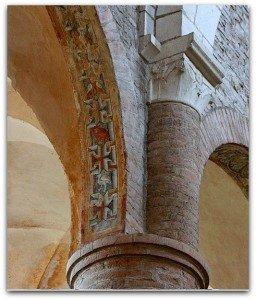 Tés belle décoration de grecques interrompues de carrés renfermant oiseaux et animaux fantastiques à Tournus