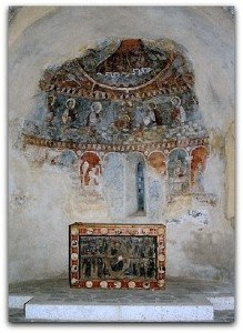 Antépendium et peintures murales à l'abside