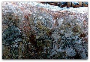Alignement d'apotres sur le mur en hémicycle de l'abside