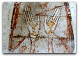 Mains en position d'orante d'une Vertu aux Allinges.