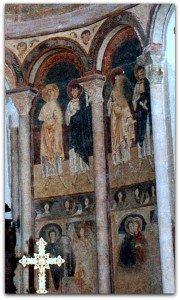 Saints groupés deux à deux sous des arcades