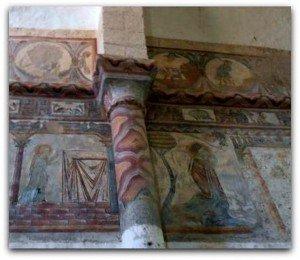 Colonne et chapiteau peints,bande de grecques et Calendrier des Mois