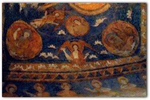 Ange entre les deux symboles evangéliques accompagné d'insolites ondulations blanches évoquant des nuages
