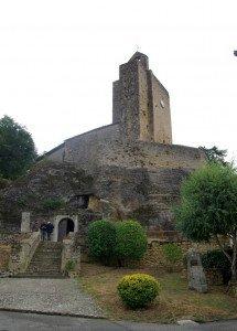 L'entrée de l'église ,coté Nord.En bas à droite une stèle en l'honneur de l'Abbé Durand qui découvrit les peintures