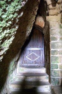 Porte et escalier d'accés à l'abside semi souterraine